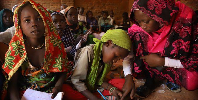 Día Mundial de los Docentes: el rol clave de las maestras en la educación de las niñas